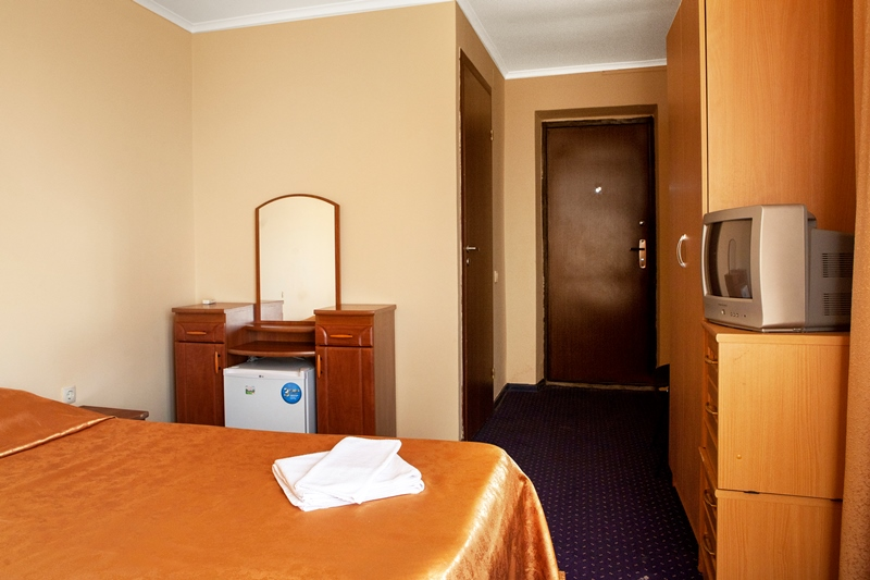 Эконом 2- х местный 15 кв.м. В номере: кровать, тумбы, сплит-система, телевизор и мини-холодильник, душевая кабина, унитаз, раковина, общая терраса